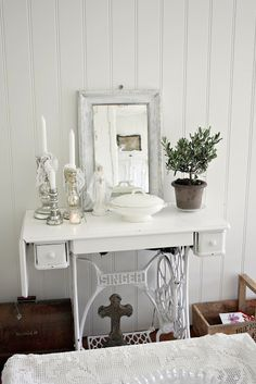 Old sewing machine table   ♥   V i n ⓣ a g e . D e c o r