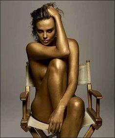 Charlize Theron aranyosan / Charlize Theron in gold