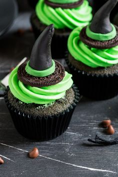 These Witches Hat Cupcakes are a cute and fun way to get creative this Halloween. Homemade fondant toppers with a chocolate cupcake and green frosting! Halloween Cupcakes, Haloween Cakes, Bolo Halloween, Postres Halloween, Dessert Halloween, Halloween Cookie Recipes, Theme Halloween, Halloween Baking, Halloween Desserts
