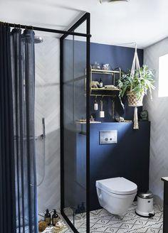 Blåt badeværelse med marokkanske fliser