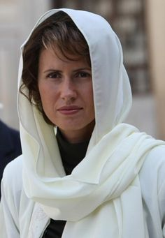 2008 Asma al-Assad covers her hair with a headscarf as she visits the Omayyad Mosque in Damascus. Hijab Fashion Inspiration, Style Inspiration, Fashion Trends, Syria, Her Hair, Lifestyle, Elegant, Celebrities, Lady