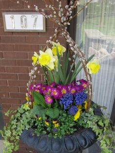 44 Creative and Beautiful Spring Garden Containers Ideas A vast array of containers are suitable provided that they have drainage holes. It's also important to keep in mind that planting containers may be a significant part your garden. A container Container Flowers, Container Plants, Container Gardening, Gardening Hacks, Bright Flowers, Spring Flowers, Pot Jardin, Porche, Outdoor Planters