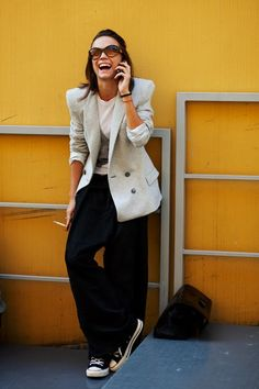 Converse and a blazer The sartorialist The Sartorialist, Moda Converse, Converse Style, Black Converse, Outfits Pantalon Negro, Suits And Sneakers, Look Blazer, Casual Outfits, Fashion Outfits