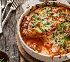A delicious family-friendly potato bake inspired with the flavours of a pizza. This recipe from the 28 Day Weight Loss Challenge only needs a few key ingredients, making it a really easy and delicious family meal. Potato Dishes, Potato Recipes, Meat Recipes, Cooking Recipes, Skillet Recipes, Savoury Recipes, Savoury Dishes, Easy Cooking, Kitchens