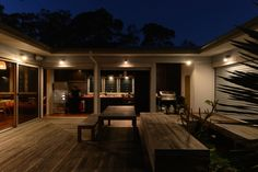 small-vacation-home-wraps-around-large-private-courtyard-8-lighting.jpg