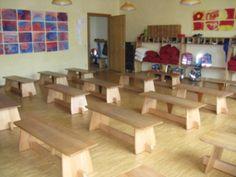 Klassenzimmer mit Bänken, die auch als Tische verwendbar sind