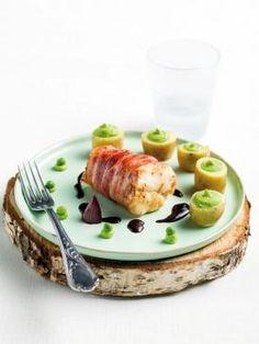 Kabeljauwhaasje in gezouten spek, zalf van erwtjes en rode wijnsaus | Spar