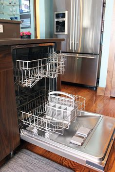 How often do you clean your dishwasher? I'll confess that I don't clean mine nearly often enough! I wash dishes in it daily, so surely it's getting clean at the same time, right? Diy Dishwasher Cleaner, Dishwasher Cleaning Tips, Dishwasher Smell, Dishwasher Filter, Stainless Dishwasher, Baking Soda Cleaning, Diy Home Cleaning, Cleaning Appliances, Cleaning Items