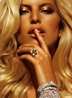 THE CY|SIGHT Numéro de ModeKarolína Kurková by Chris Nicholls for La Stenza...