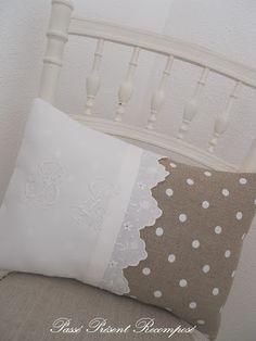 Passé Présent Recomposé: Coussin et linge ancien. Sewing Pillows, Diy Pillows, Decorative Pillows, Throw Pillows, Pillow Ideas, Cushion Covers, Pillow Covers, How To Make Pillows, Linens And Lace
