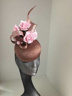 What an incredibly beautiful and elegant hat! I love the combination of colors. They are very well suited. Lilac Fascinator, Fascinator Hats, Race Wear, Millinery Hats, Cocktail Hat, Church Hats, Fancy Hats, Love Hat, Summer Hats