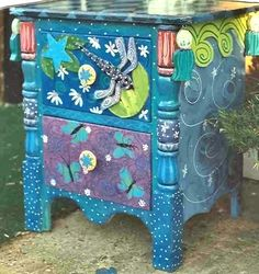 Idee per mobili funky – Recycled Furnitures Ideas Art Furniture, Funky Furniture, Colorful Furniture, Repurposed Furniture, Furniture Makeover, Furniture Stores, Furniture Upholstery, Painting Furniture, Whimsical Painted Furniture