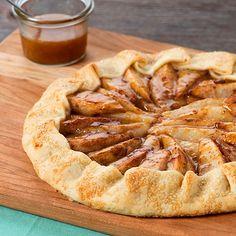 Hem tatlı hem tuzlu krep ve tartın birleşimi: Galette French Desserts, Köstliche Desserts, Delicious Desserts, Dessert Recipes, Pear Recipes, Quiche, Cranberry Orange Sauce, Caramel Pears, Gastronomia