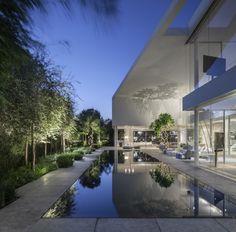 Dům v Tel Avivu: kouzlo přírody, světla a stínů   Insidecor - Design jako životní styl Pool Bad, Architecture Design, Contemporary Architecture, Pitsou Kedem, Architect House, Design Moderne, Exterior Design, Landscape Design, Garden Design