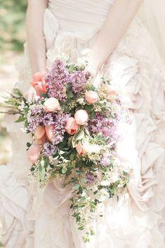 """話題のラスティックにぴったりなのがフリースタイルの大ぶりブーケ♡ 出典:Wedding Chicks/Photographer:Laura Murray Photography アメリカのおしゃれ花嫁の間ではもうはずせないキーワード、""""ラスティック""""。 エフォートレスで自然体、シンプルでナチュラルなウェディングを目指す花嫁に人気のテイストです♪ そんなおしゃれ花嫁がセレクトしているのが、ナチュラルスタイルの大ぶりブーケ。 好きなお花を自由にMIXして、型にはめずふんわり束ねただけのスタイルが、ラスティックウェディング全体のイメージにピッタリなんです♡ 今回はそんなラスティックイメージの大ぶりブーケ、色々ご紹介します。 ポイントは小花やグリーン☆広がるラインで軽やかなイメージに 出典:Bulnett`s Boards/Photographer:pink tulip bridal bouquet 出典:ruffled メインのお花に、繊細な小花やグリーンをたっぷりあわせると、動きが出て軽やかな印象に♡ 花材をMIXすることでも、軽やかさがUP♪..."""