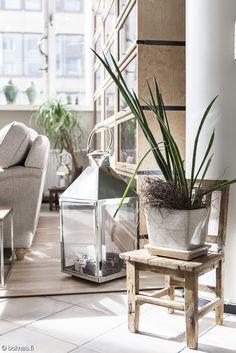 boknäs,lyhty,pieni tuoli,olohuone