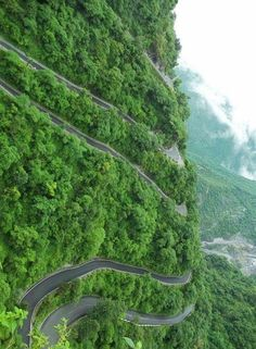 Interesting and amazing road. It's extremely scary lol king. Gotta be in Brazil or somewhere in South America