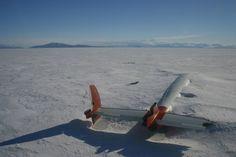 Resten van het Pegasus Field, een landingsbaan die deel uitmaakt van de vliegvelden van McMurdo Station in Antarctica.