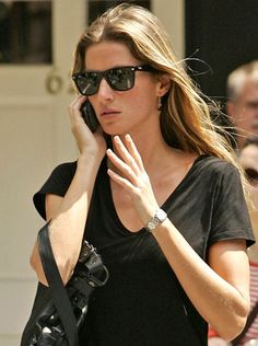 51a037cf7d1 Gisele Bundchen out in her Ray-Ban Wayfarer Sunglasses. Woman OutfitsFashion  ...