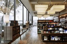 A flexible perimeter bench allows for lighting, books cases, tables, listening stations and seats to be 'clipped' on, controlling what is placed against the full height glass windows. 窓際の長いベンチは照明、本棚、テーブル、視聴機などがクリップ留めのように自由に配置でき、天井まである大きな窓に面して何が配置されるべきかをコントロールできるようになっている。