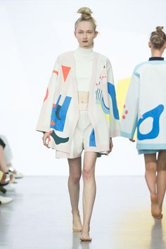 Love this shape, and the cut-out pattern. Catwalk photos and all the looks from Yii Spring/Summer 2016 Ready-To-Wear London Fashion Week Runway Fashion, High Fashion, Fashion Outfits, Womens Fashion, London Fashion, Fashion Weeks, Fashion Fashion, Textiles, Fashion Prints