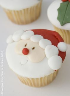 Dear Ramonita, look at this beautiful Christmas cupcake! And I think it is delicious too! Enjoy it! Santa Cupcakes, Christmas Cupcakes, Christmas Sweets, Christmas Cooking, Noel Christmas, Christmas Goodies, Cupcake Cookies, Mini Cupcakes, Holiday Cakes