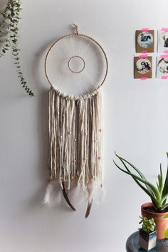 7 DIY to make a dream catcher - Wohnaccessoires Ideen Diy Décoration, Easy Diy, Dream Catcher Tutorial, Diy And Crafts, Arts And Crafts, Ideias Diy, Dreamcatchers, Boho Dreamcatcher, Diy Wall Decor