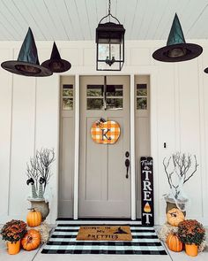 Impressive Halloween Decoration Ideas With Farmhouse Style - Halloween is a time of year for decorating. When it comes to created decorations at home, it is possible to craft Halloween decorations from simple th. Spooky Halloween, Porche Halloween, Halloween Veranda, Holidays Halloween, Halloween Desserts, Farmhouse Halloween, Halloween Front Porches, Fall Front Porches, Halloween Makeup