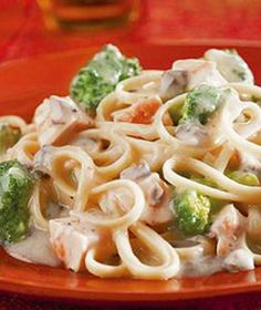 "Chicken and Broccoli Alfredo. ""Linguini is mixed with pieces of tender chicken and broccoli flowerets and coated with a rich, satiny Alfredo sauce featuring Campbell's® Condensed Cream of Mushroom Soup to make a quick and fabulous dish. Chicken Linguine, Chicken Broccoli Alfredo, Campbells Chicken Alfredo Recipe, Broccoli Pasta, Frozen Broccoli, Broccoli Florets, Chicken Spaghetti, Spaghetti Squash, Pasta Recipes"