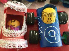 Carro hecho con tubo de. Papel higiénico, llantas de taparoscas y foamy palito de madera y muñeco de huevo Kinder   Cunita de tubo de papel higiénico, encaje y bb hecha de huevo Kinder