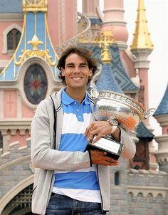 O tenista espanhol Rafael Nadal comemora o oitavo título do torneio de Roland Garros na Eurodisney, em Paris - http://revistaepoca.globo.com//Sociedade/fotos/2013/06/fotos-do-dia-10-de-junho-de-2013.html (Foto: EFE/ Phillipe Peruseau)