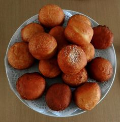 Magwinya is a favorite, tasty street food sold in Botswana and South Africa along with fried chips. Here is the recipe for these doughnuts. Fat Cakes Recipe, Cake Recipes, Dessert Recipes, Desserts, Bread Recipes, Yummy Recipes, Fruit Dessert, Quiche Recipes, Donut Recipes