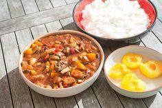 Snel en makkelijk. Kip pilav; kip in zoet - zure saus met perziken, champignons, paprika en courgette. Lekker met stokbrood, rijst of bij een buffet