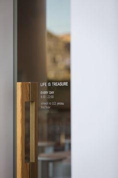 Cafe Signage, Glass Signage, Door Signage, Cozy Coffee Shop, Coffee Cafe, Coffee Shop Interior Design, Cafe Design, Glass Design, Door Design