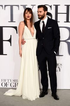 Dakota Johnson brilha ao lado de Jamie Dornan na estreia mundial de As Cinquenta Sombras de Grey