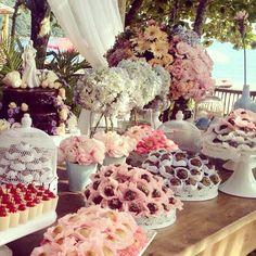 Casamento na praia. Casamento Janaína e Fabrício. Decoração mesa de doces. Doces: Es Dulce. Decoração: Santinha do Pau Oco. Assessoria: EZ Wedding.