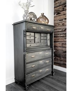 There's no formula to picking the perfect color, or pattern, but gratefully, there is a simple formula for choosing the right paint sheen. Graphite Chalk Paint, Annie Sloan Graphite, Annie Sloan Paints, Chalk Paint Furniture, Find Furniture, Furniture Making, Furniture Makeover, Furniture Ideas, Paint Sheen
