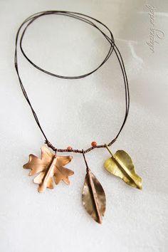 """Collana """"Autunno"""", con foglie di rame che richiamano quelle del gelso, dell'acero e del noce."""