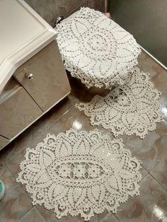 Tapetes de crochê feito em barbante São João na cor cru, esse jogo para banheiro contém 3 peças, sendo elas: <br>Tapete para pia <br>Tapete de vaso sanitário <br>Tampo de vaso