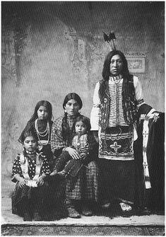 """Shoshone  Los shoshones (o shoshoni) son un grupo de tribus de lengua uto-azteca, de la subfamilia númica. La palabra """"shoshone"""" proviene de shishinowihs o shishinoats hitaneo 'serpiente, víboras', pero ellos se hacían llamar numa 'pueblo'. Los shoshone propiamente dichos se dividían en cuatro grupos, pero uno de ellos, los comanche, más tarde formaron una tribu aparte:  shoshones occidentales, en Nevada; No tenían caballos y eran llamados diggers (cavadores),"""