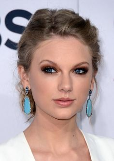 Taylor Swift - Taylor Swift ditched her signature liquid liner and red lips for the People's Choice Awards, instead electing to play up her blue eyes with unexpectedly dramatic smoky eyes and nude lips. Smoky Eyes, Smokey Eye For Brown Eyes, Taylor Swift Make-up, Swift 3, Taylor Taylor, Taylor Dress, Bling Bling, Eye Liner, Makeup Trends