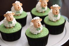 Fabiana Moura trouxe o melhor dos campos de ovelhas para o chá de bebê do Lucas. Em tons de verde e branco, a festa foi toda montada com miniaturas de bisc