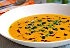 Dynovo-mrkvova polévka servírovaná rozmixovaná, dochucená kokosovým mlékem nebo smetanou, ozdobená různými semínky a bylinkami.