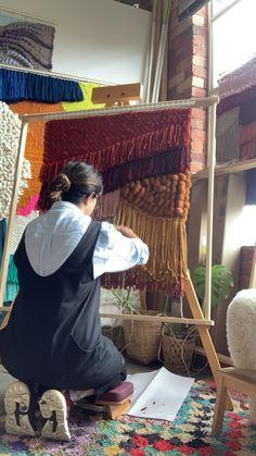 Fringe weaving in desert tones Weaving Loom Diy, Weaving Art, Tapestry Weaving, Hand Weaving, Diy Wall Decor, Diy Bedroom Decor, Diy Friendship Bracelets Patterns, Weaving Wall Hanging, Spinning Wool