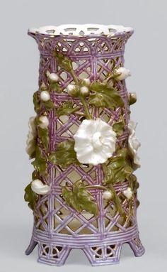 Zsolnay áttört, fehér virágos váza