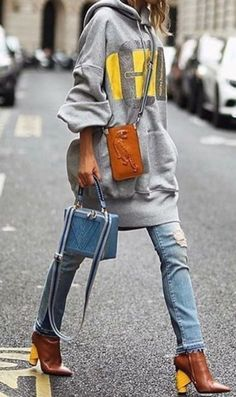 53 Amazing Womens Street Fashion Trends Ideas 2018 Womens street style trends offers you the opportunity to create wonderful outfits for any event in A shirtdress in […] Street Style Trends, Street Style Jeans, Looks Street Style, Looks Style, Looks Cool, Street Chic, Street Style Women, Street Styles, Street Wear