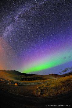 Iceland 2009 Geysir - Aurora boreale con via lattea. A sinistra in alto ci sono anche 2 stelle cadenti e l'arancione sulla sinistra è il soffione del geyser Strokkur fotografato di notte.