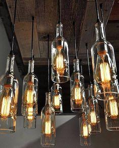 Des bouteilles de récup en verre blanc, al la fois simples et sobres sublimées par de très belles ampoules. L'effet d'accumulation est un effet déco qui fonctionne toujours.