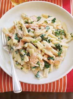 Low FODMAP and Gluten Free Recipe - Creamy pasta with salmon Salmon Pasta Recipes, Best Pasta Recipes, Seafood Recipes, Diet Recipes, Cooking Recipes, Healthy Recipes, Recipies, Pasta With Salmon, Crohns Recipes