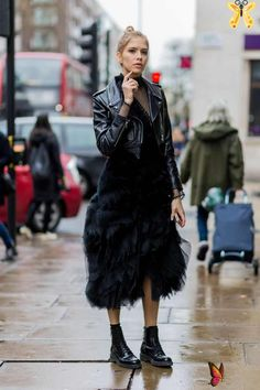 38 of the Coolest Outfit Ideas from London Fashion Week Best Street Style - London Fashion Week Fall 2016 | Teen Vogue<br> Find new wardrobe inspiration in these street style snaps. Teen Vogue, Fashion Week, Look Fashion, Fashion Outfits, Fashion Trends, Fashion Ideas, Fall Fashion, Emo Outfits, Lolita Fashion